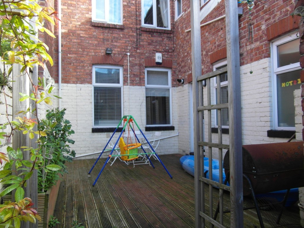 Martin co whitley bay 2 bedroom ground floor flat to for Front door north tyneside