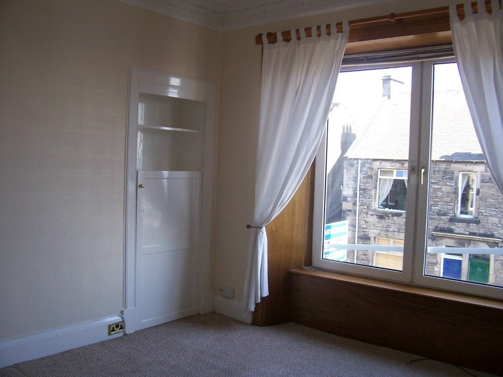 Martin co kirkcaldy 2 bedroom flat to rent in normand for Living room kirkcaldy