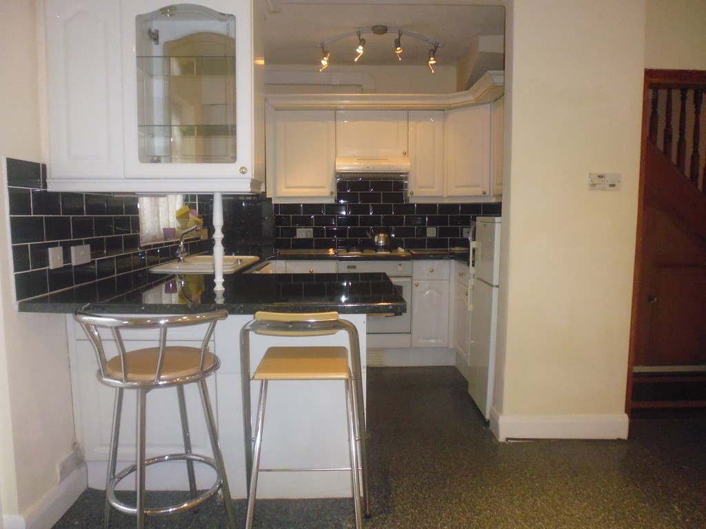 Martin co enfield 3 bedroom terraced house to rent in for Laminate flooring enfield