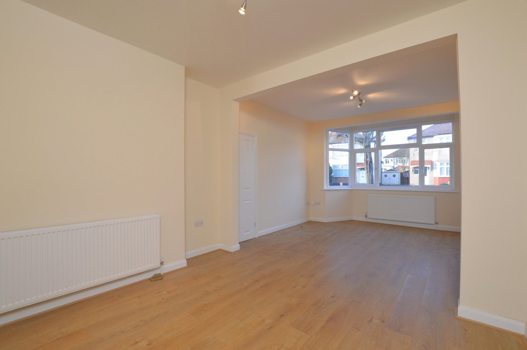 Martin co enfield 3 bedroom terraced house for sale in for Laminate flooring enfield