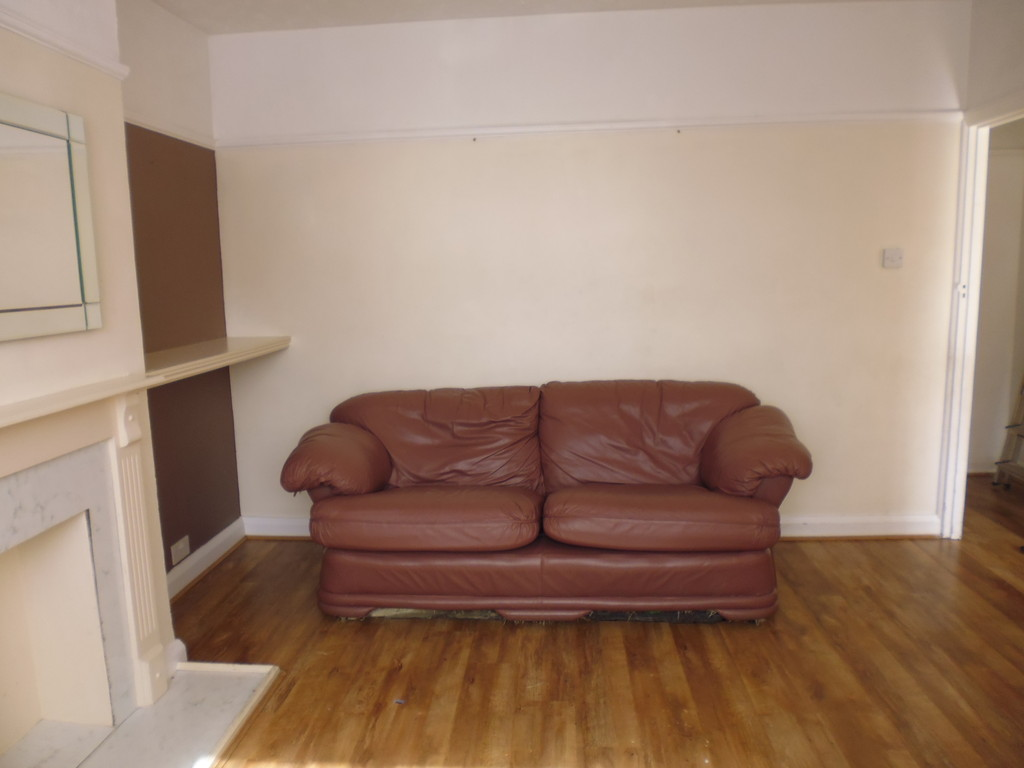 Martin co enfield 2 bedroom maisonette to rent in for Laminate flooring enfield