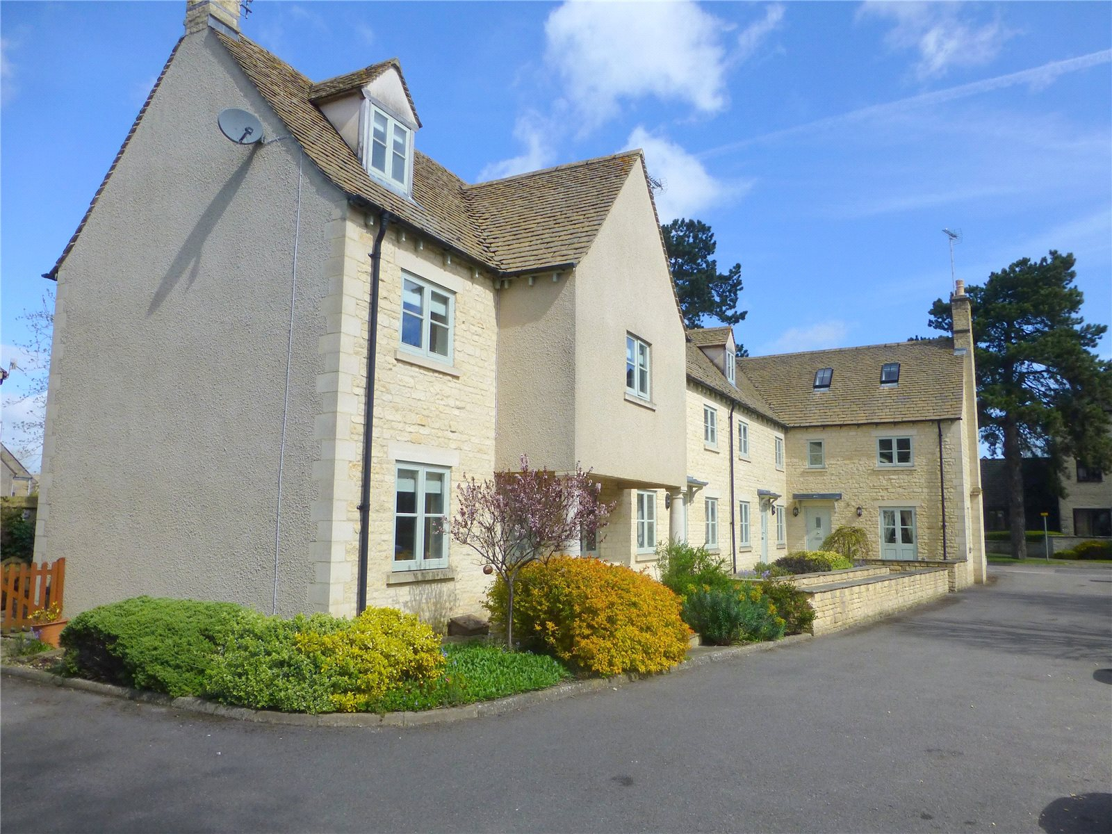 3 Bedrooms Flat for sale in Admiralty Row Cirencester Gloucestershire GL7