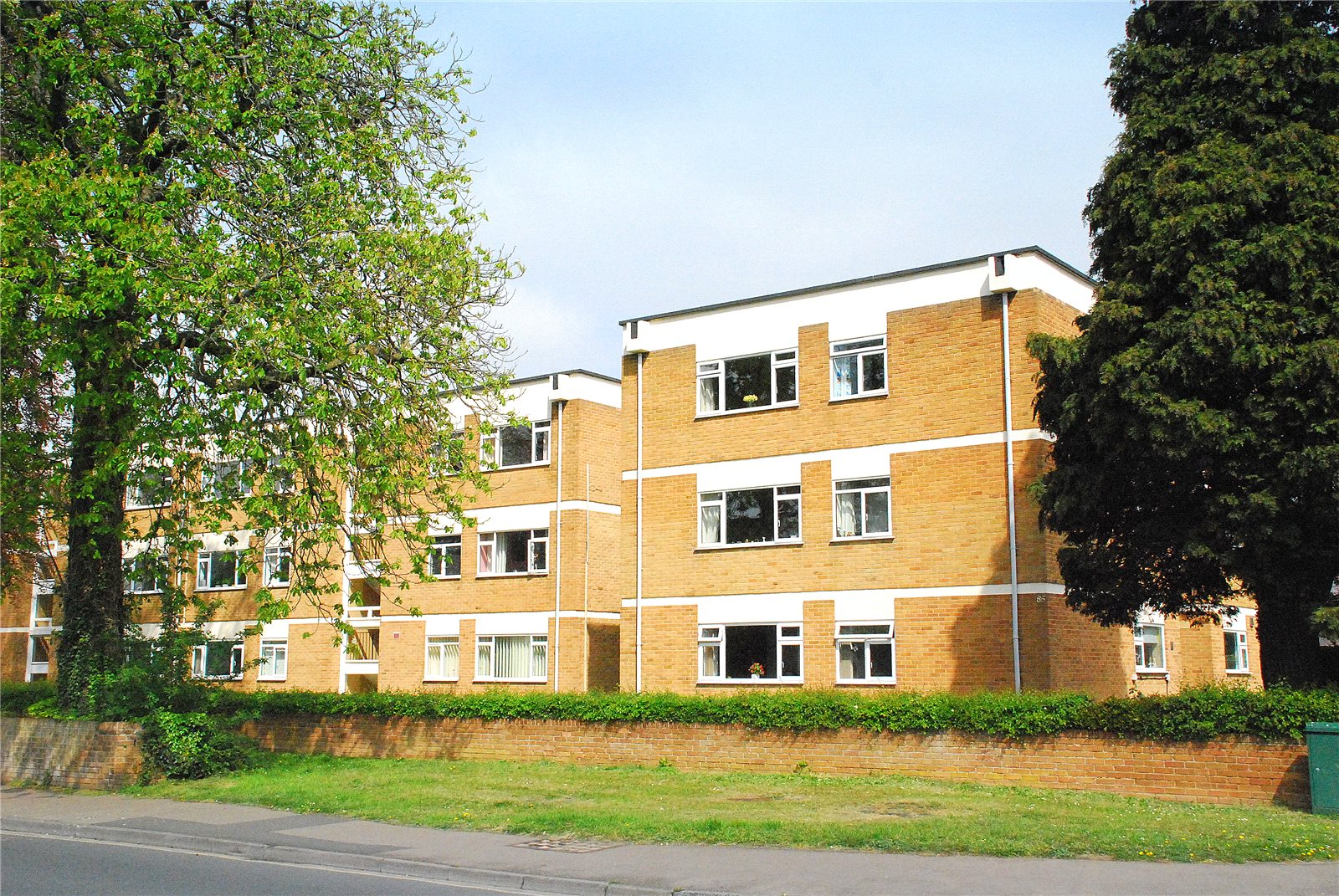 2 Bedrooms Flat for sale in The Cedars Hucclecote Gloucester GL3