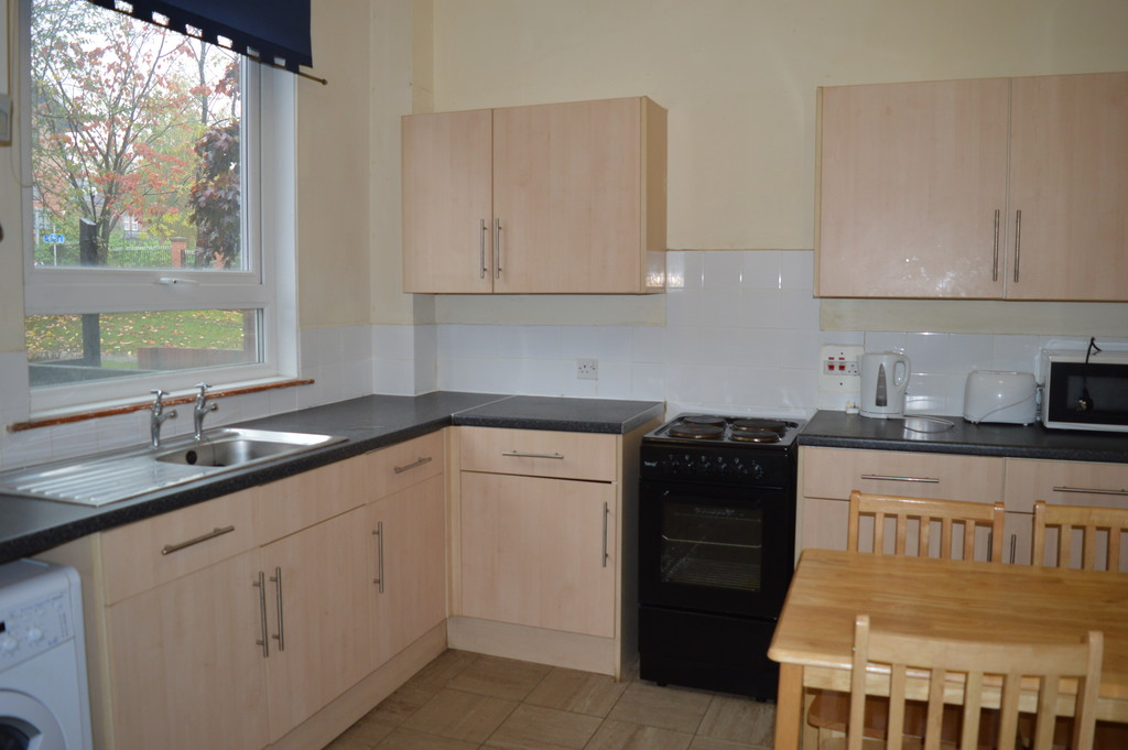 4 Bedrooms Terraced House for rent in Blandford Grove, off Woodhouse Lane LS2