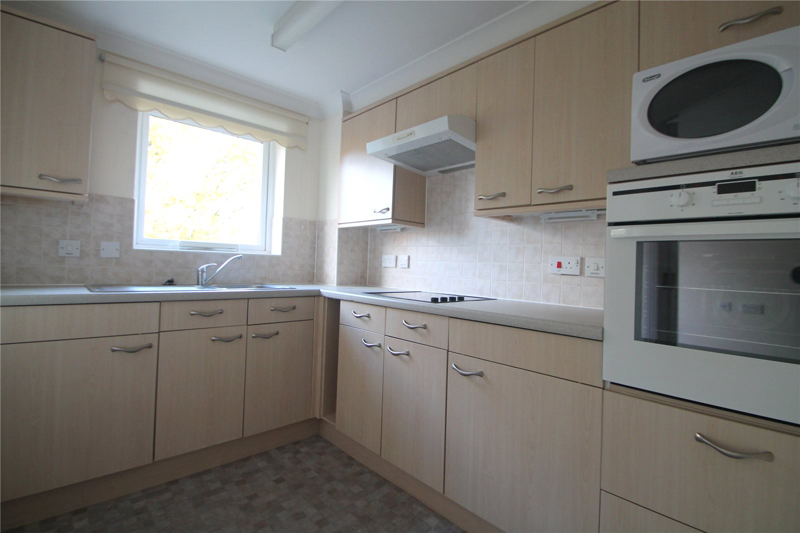 1 Bedroom Flat for sale in Castle Court Hadlow Road Tonbridge TN9
