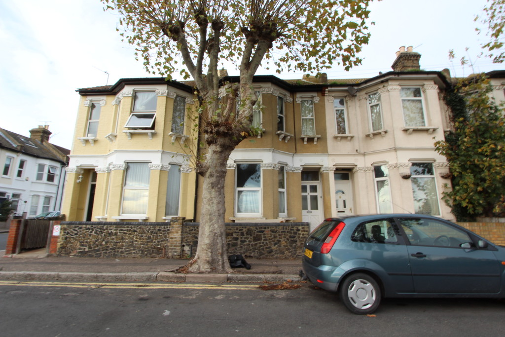 2 Bedrooms Maisonette Flat for sale in Stanley Road, Southend On Sea SS1