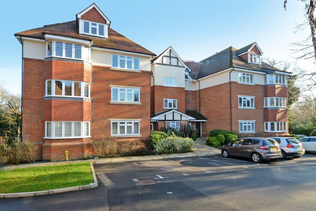 2 Bedrooms Apartment Flat for sale in Canterbury Gardens GU14