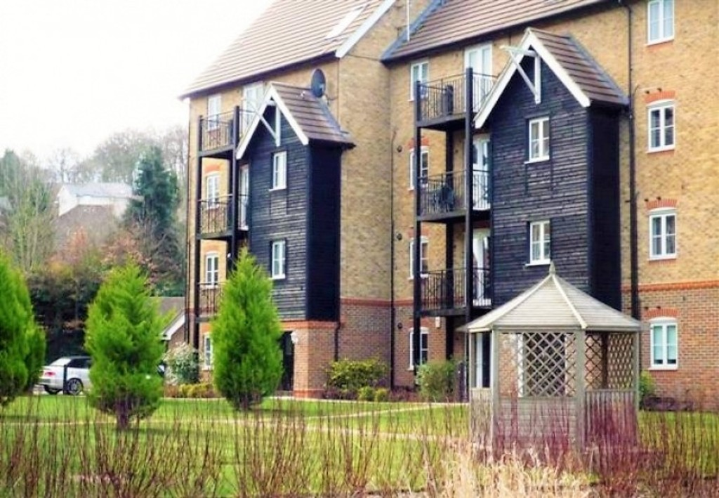 2 Bedrooms Flat for sale in Wye Gardens, Fryers Lane, High Wycombe HP12