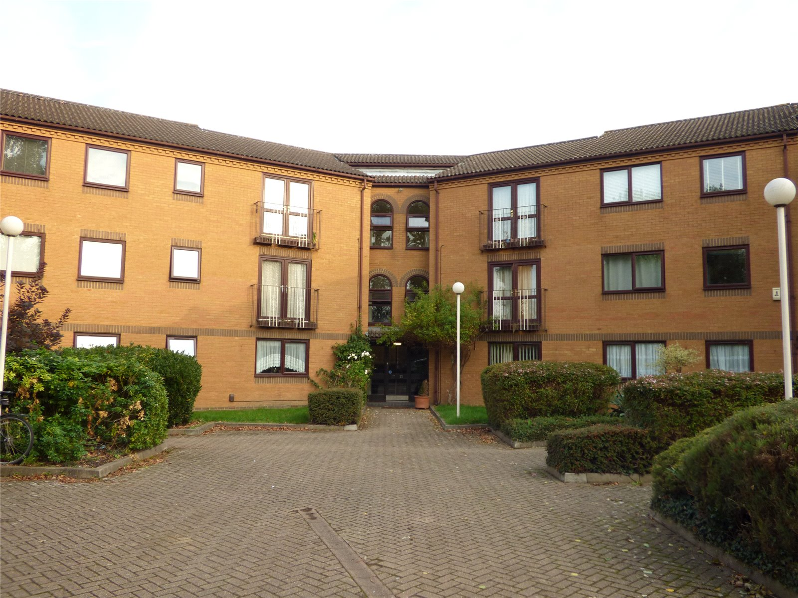 2 Bedrooms Flat for sale in Westgate Court Waltham Cross Hertfordshire EN8