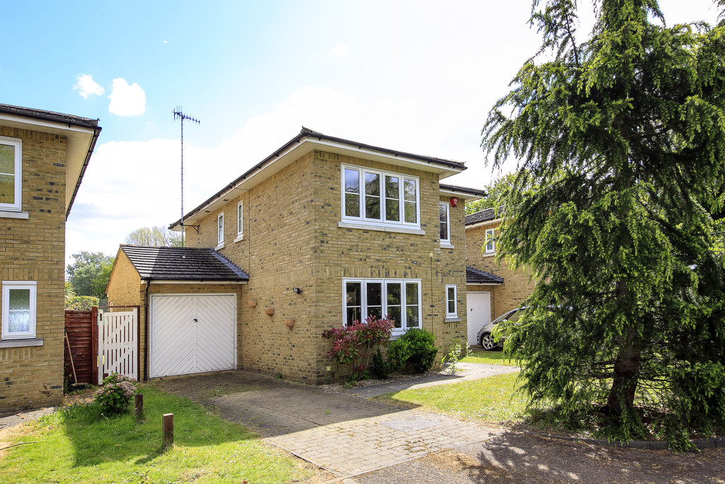 4 Bedrooms Detached House for sale in Amberside Close, Whitton TW7
