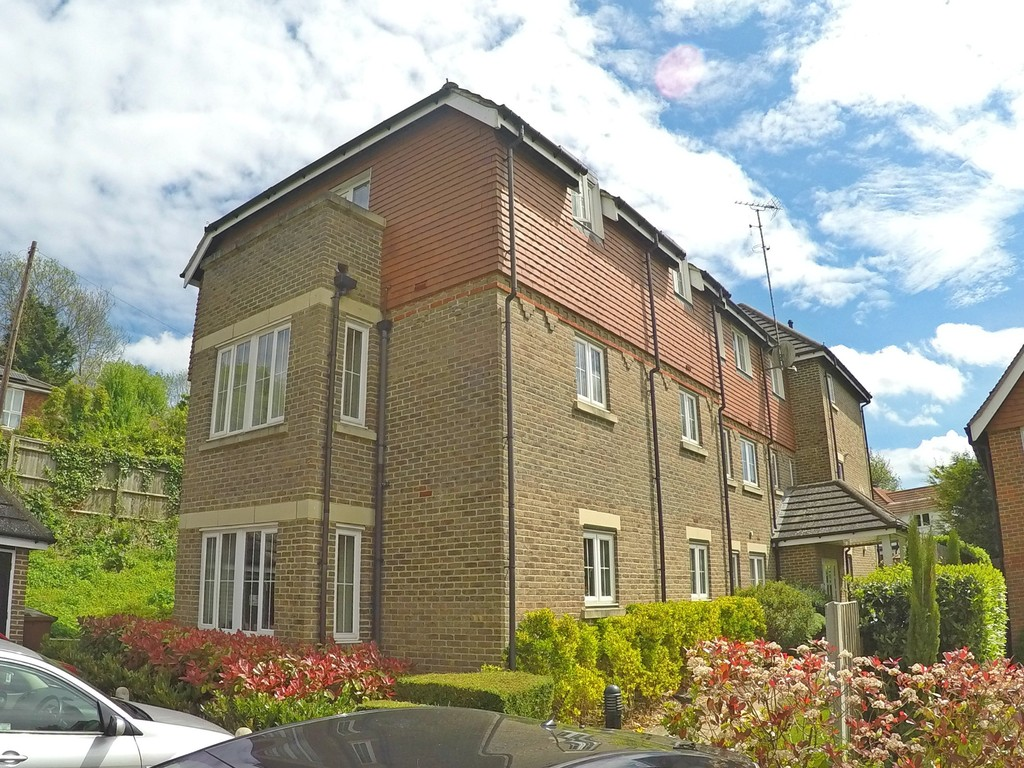 2 Bedrooms Apartment Flat for sale in White Knobs Way, Caterham CR3