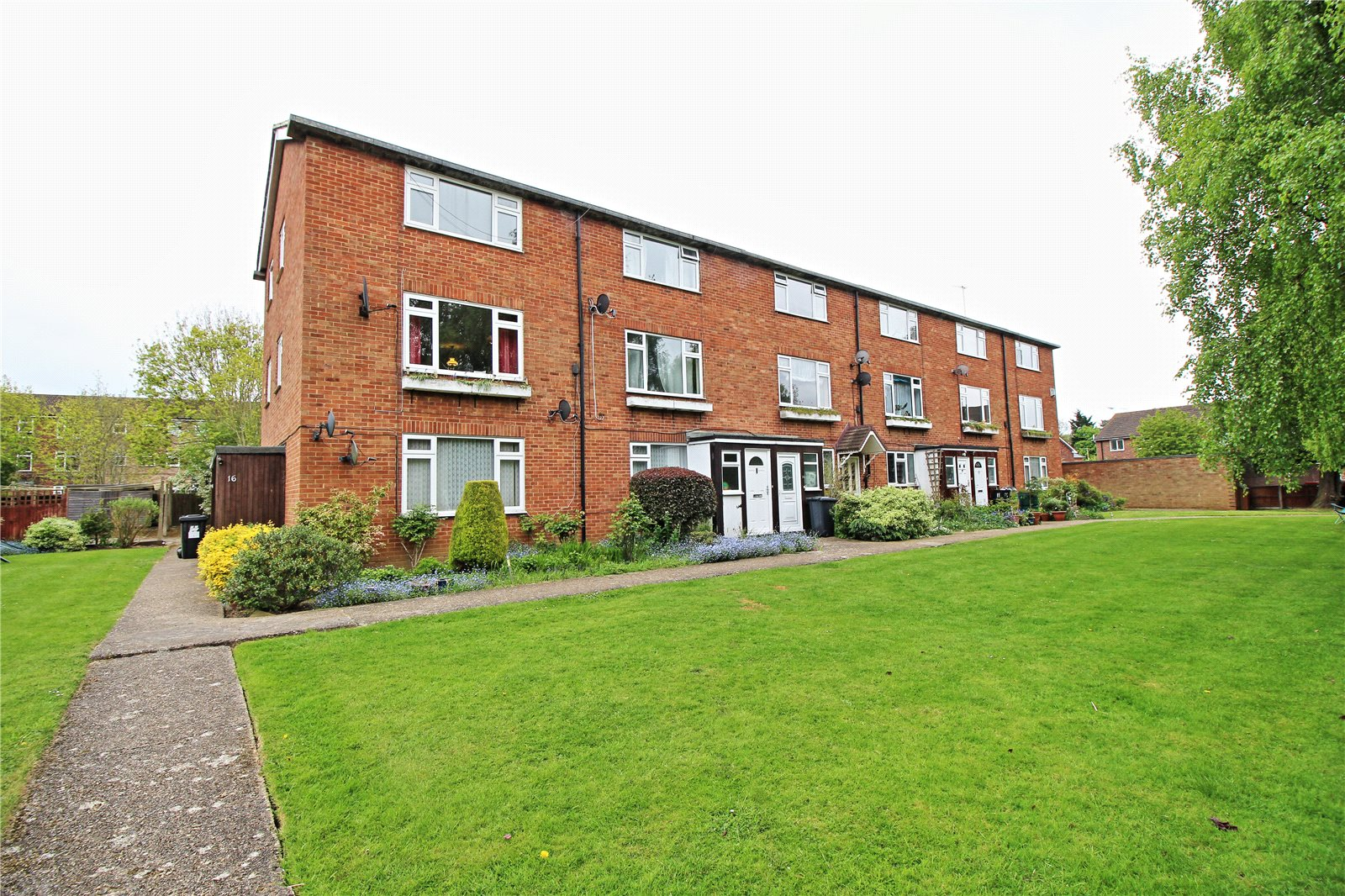 2 Bedrooms Maisonette Flat for sale in Moat Close Bushey Hertfordshire WD23