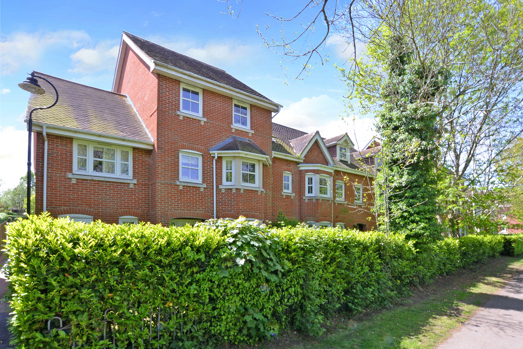 4 Bedrooms Property for sale in Campbell Fields, Aldershot GU11