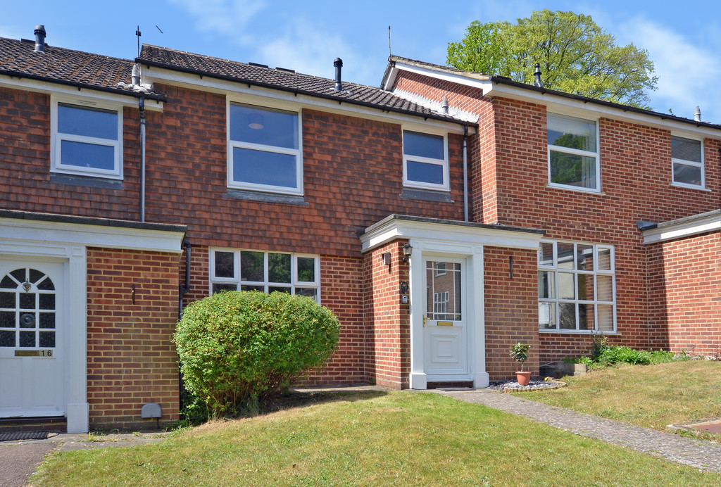 3 Bedrooms Terraced House for sale in Valroy Close, Camberley GU15