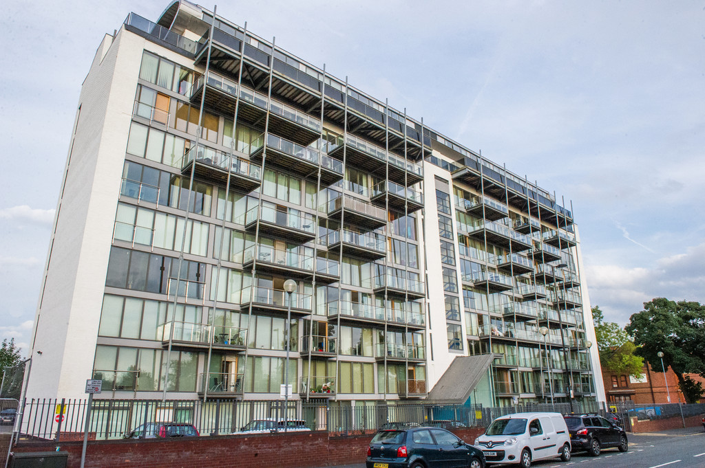 2 Bedrooms Apartment Flat for sale in Warwickgate House, Warwick Road, Old Trafford, Manchester, M16 0RZ M16