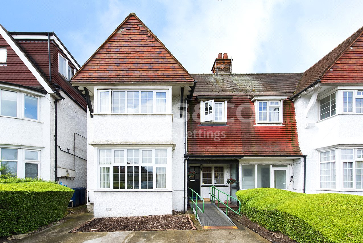 4 Bedrooms Semi Detached House for sale in Golders Green Road London NW11