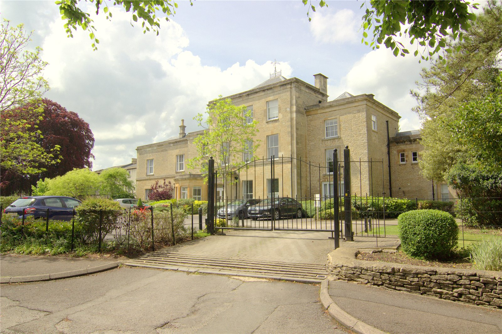 2 Bedrooms Flat for sale in Chesterton House Chesterton Lane Cirencester GL7