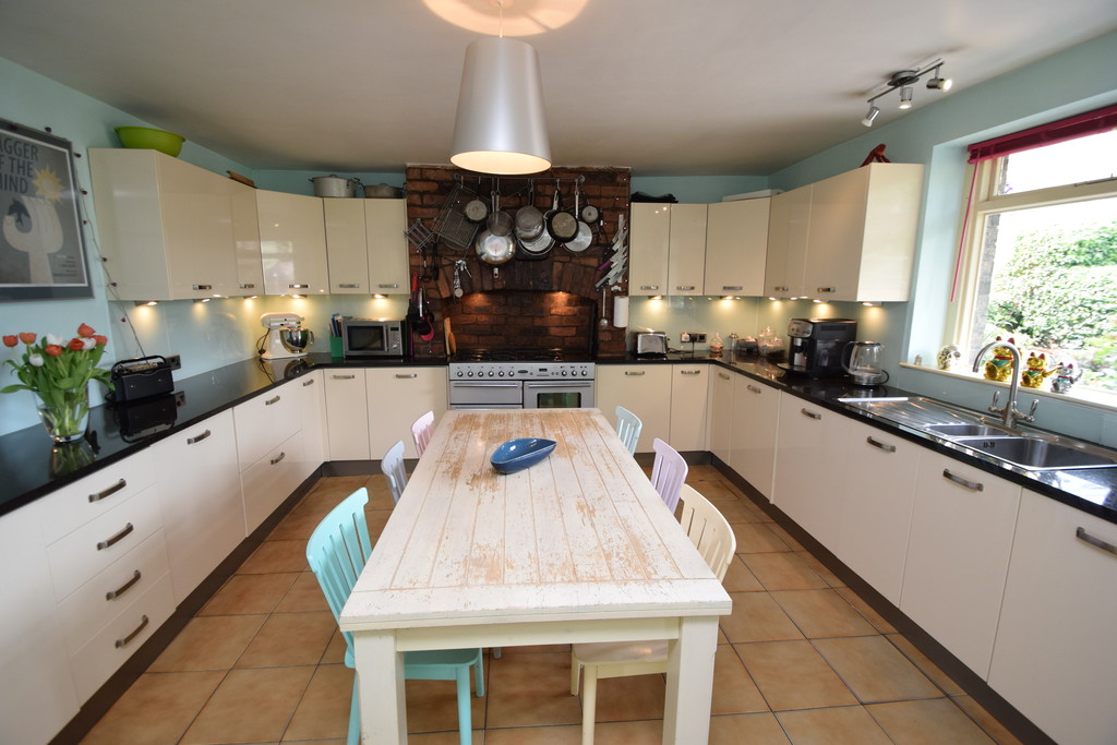 4 Bedrooms Terraced House for sale in Bingley Road , Bradford BD18