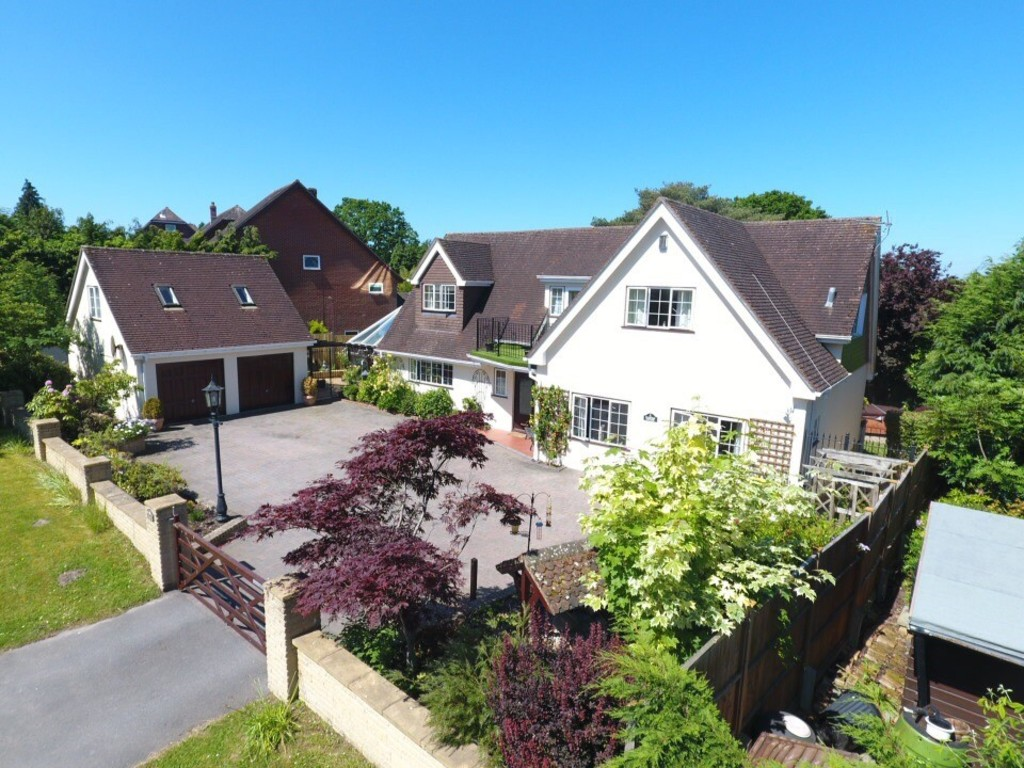 4 Bedrooms Detached House for sale in Nomansland, Salisbury SP5