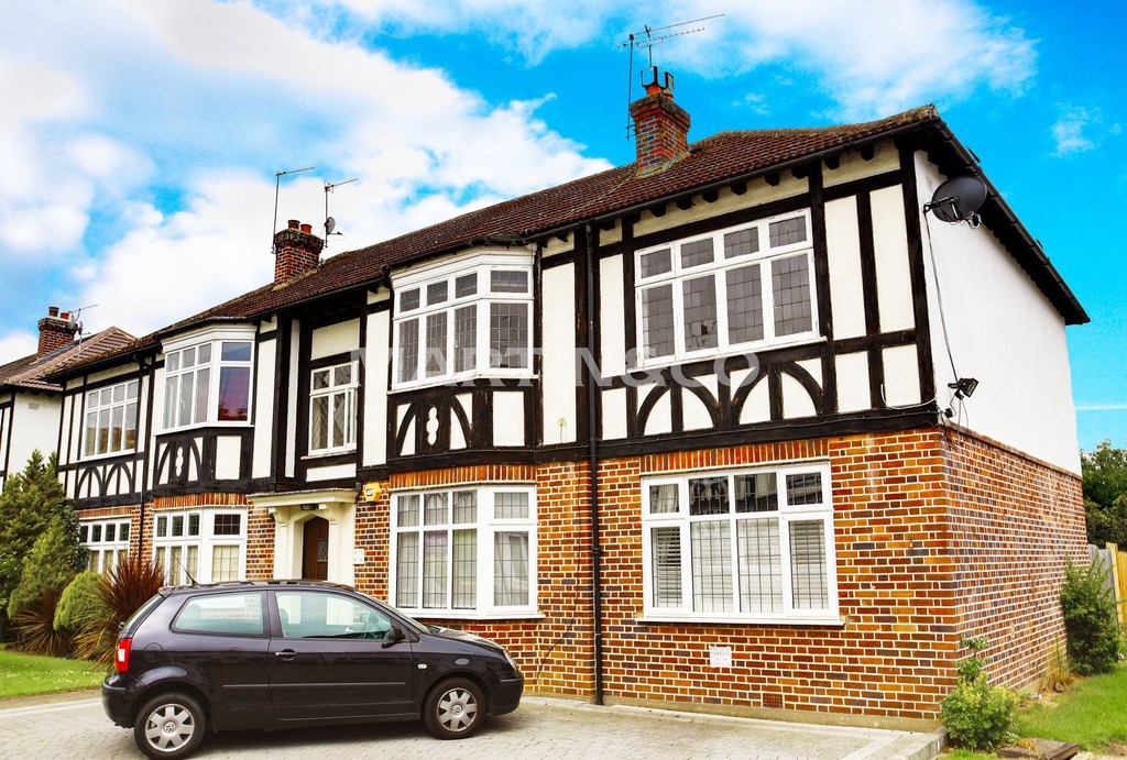 2 Bedrooms Flat for sale in Algers Close, Loughton IG10