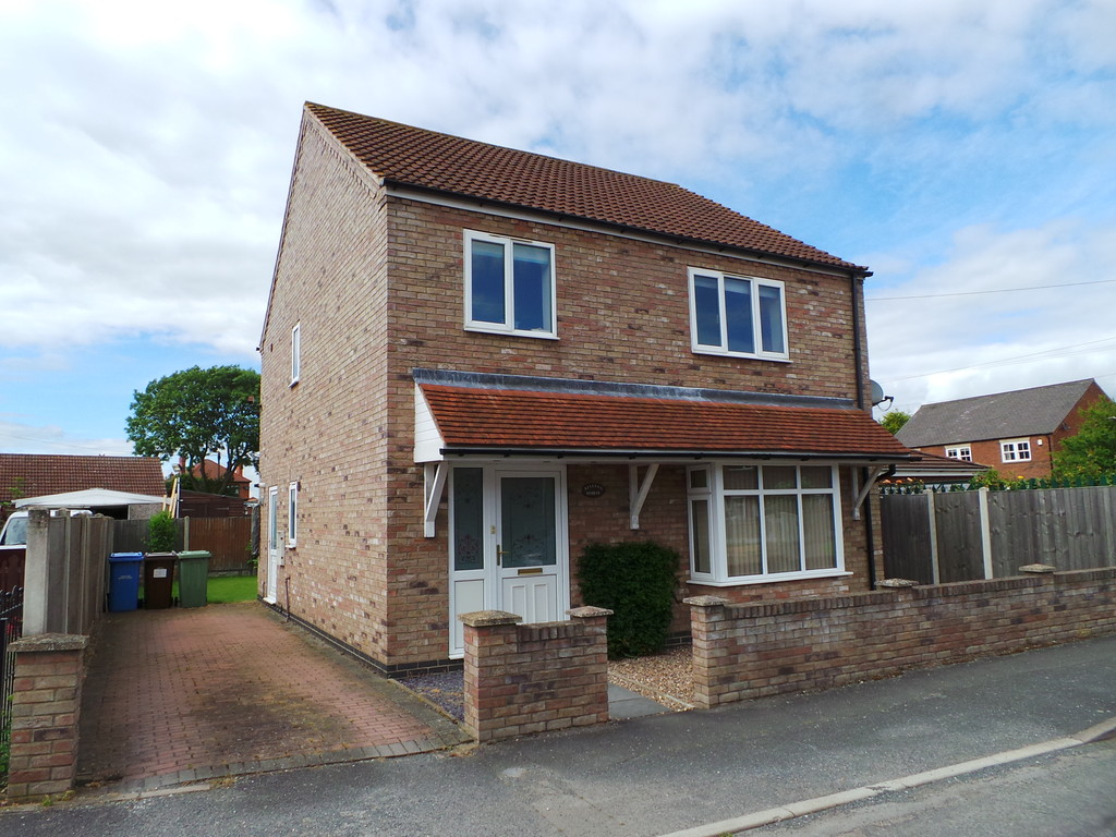 3 Bedrooms Detached House for sale in Hillsyde Avenue, Misterton DN10