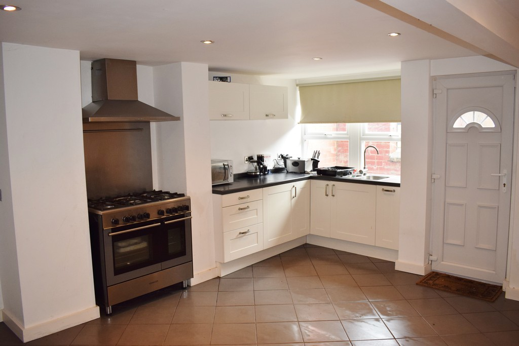 3 Bedrooms Terraced House for sale in Harlech Grove LS11