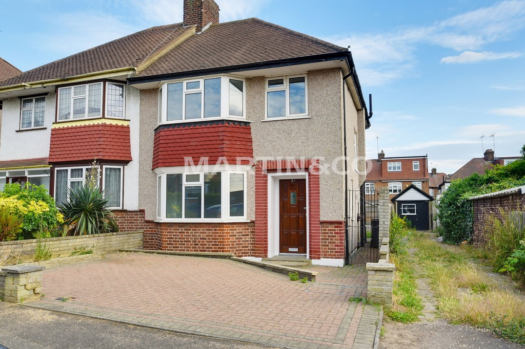 3 Bedrooms Property for sale in Leadale Avenue, Chingford E4