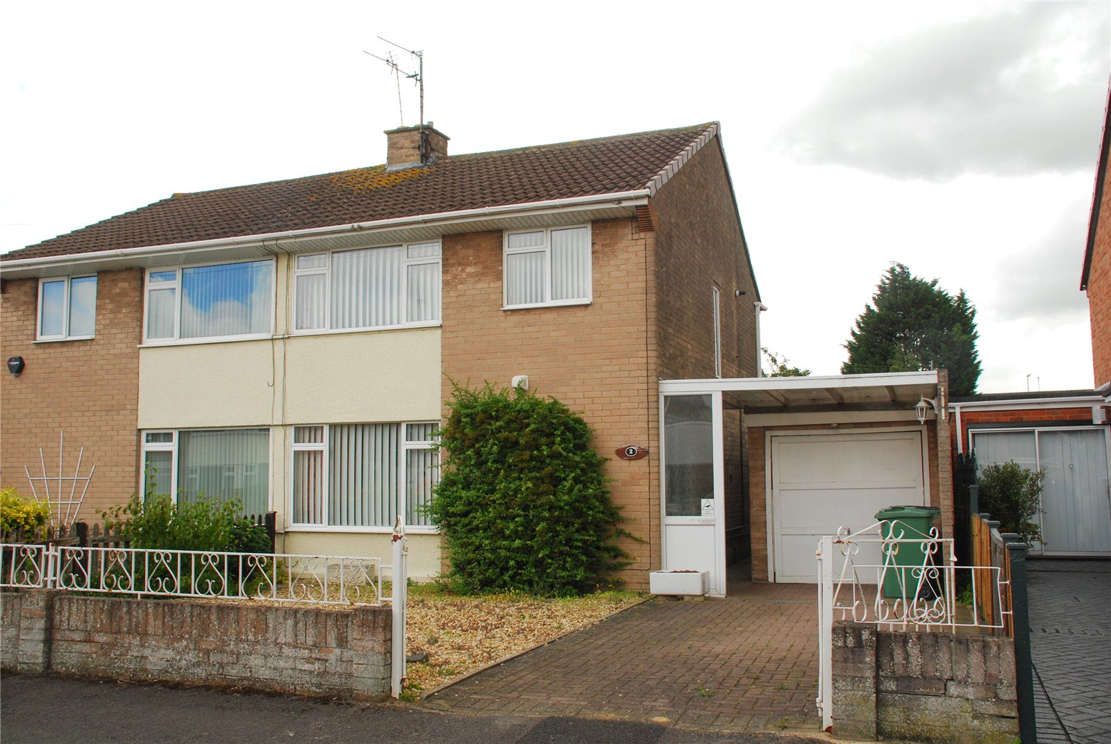 3 Bedrooms Semi Detached House for sale in Barrington Drive Hucclecote Gloucester GL3