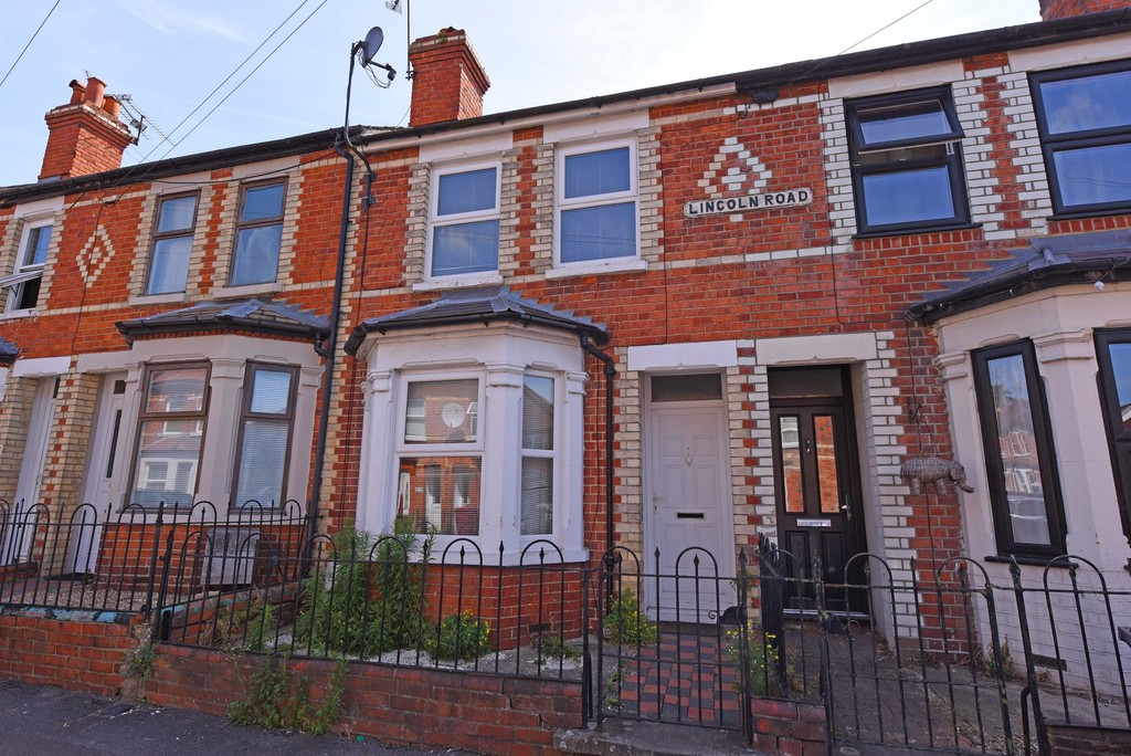 3 Bedrooms Terraced House for sale in Lincoln Road, Reading RG2