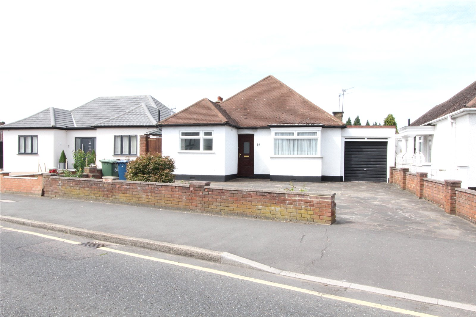 2 Bedrooms Bungalow for sale in Village Way Pinner HA5