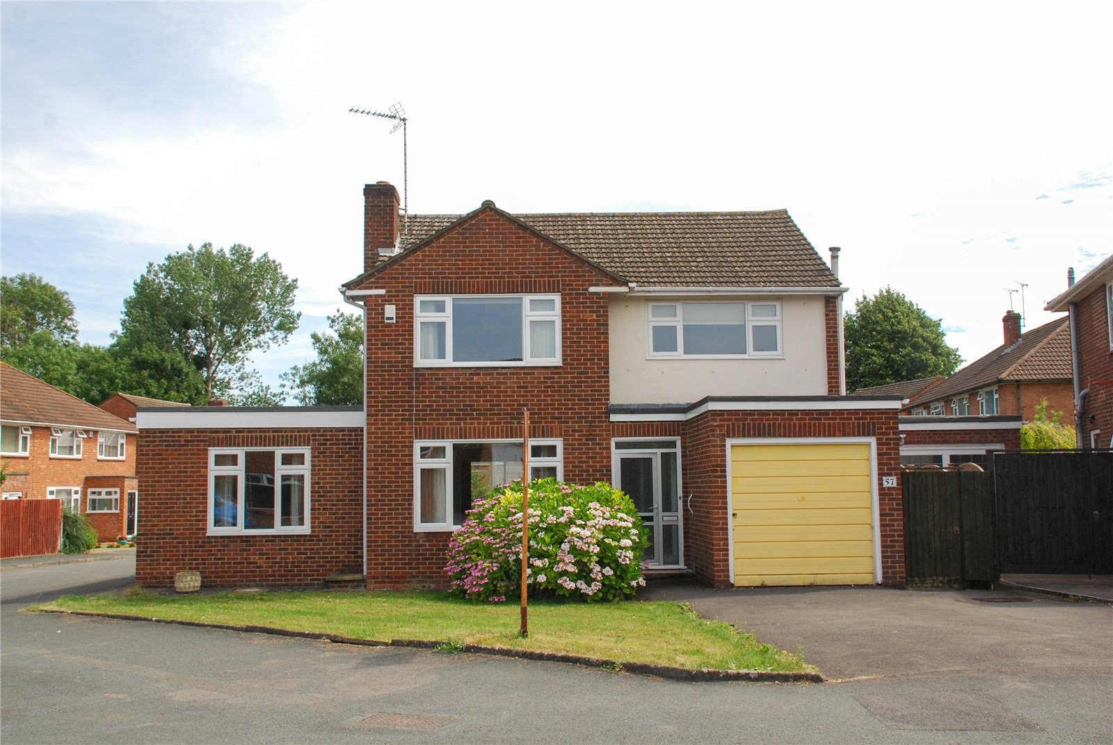 3 Bedrooms Detached House for sale in Lilliesfield Avenue Hucclecote GLOUCESTER GL3