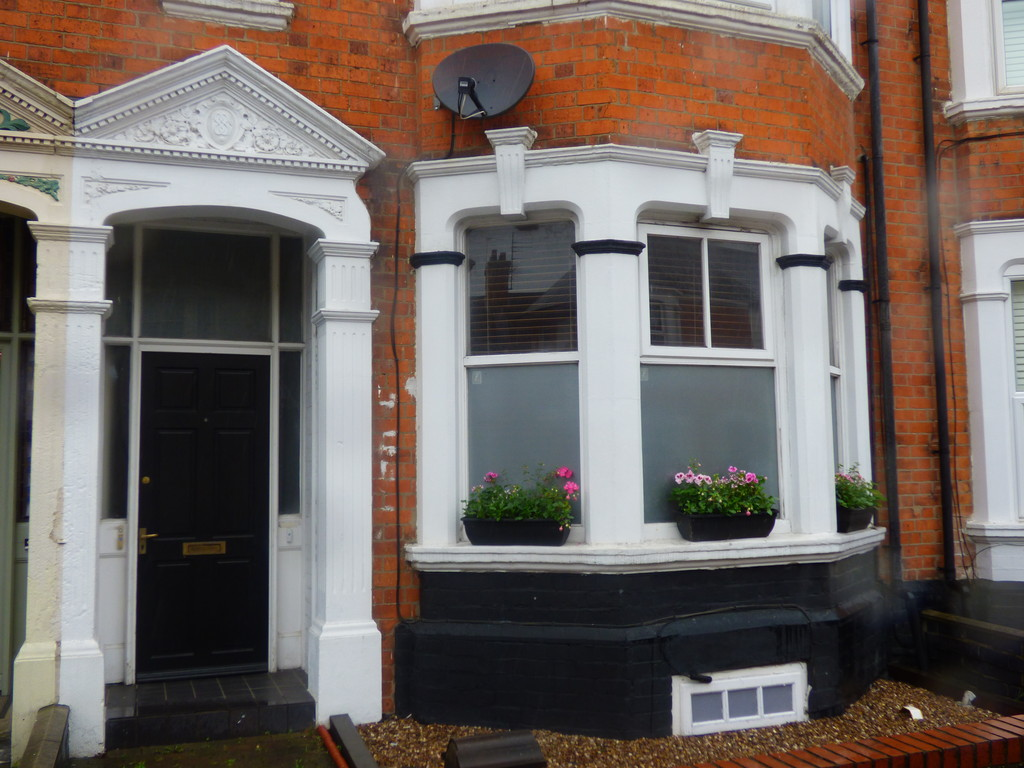 2 Bedrooms Maisonette Flat for sale in 9 Holly Road, Abington NN1