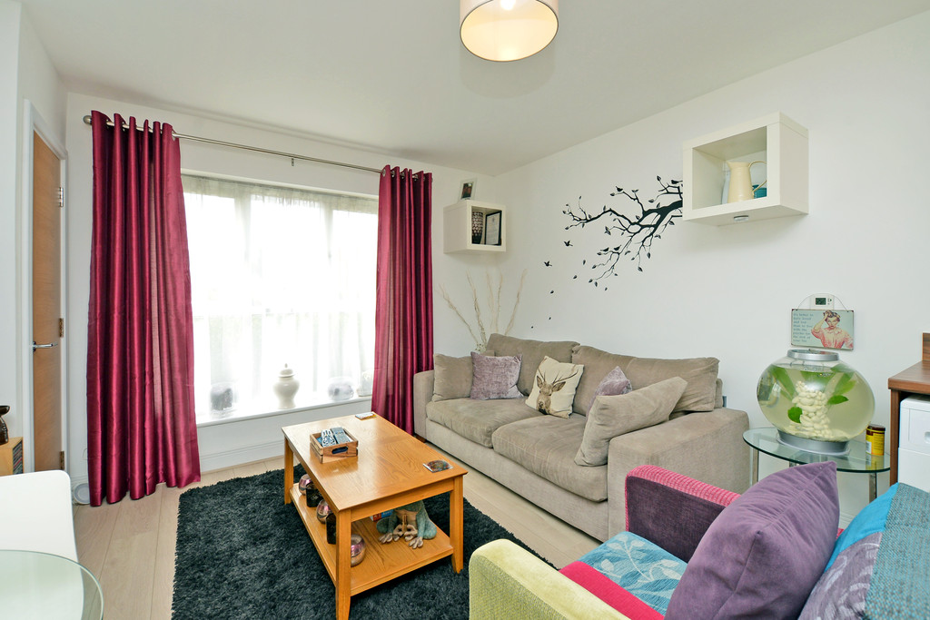 2 Bedrooms Apartment Flat for sale in Holywell Way, Stanwell TW19