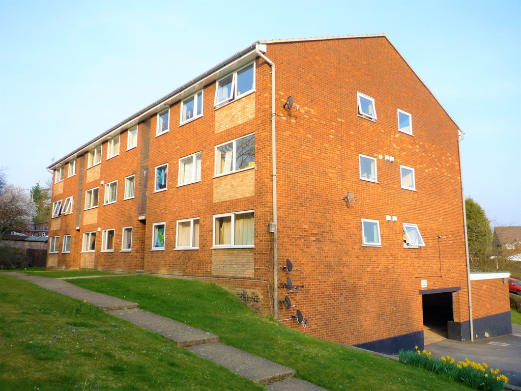 2 Bedrooms Flat for sale in Windsor Drive, High Wycombe HP13