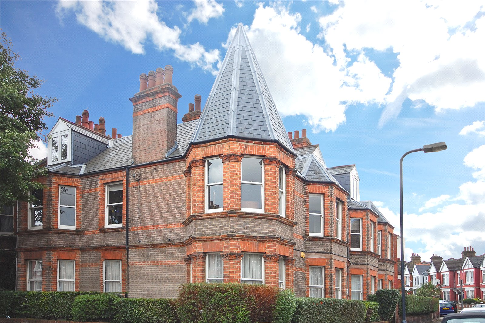 3 Bedrooms Flat for sale in Osborne Mansions 88 Chapter Road London NW2