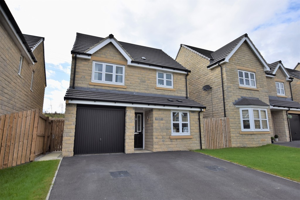 3 Bedrooms Detached House for sale in Warton Avenue, Lindley HD3