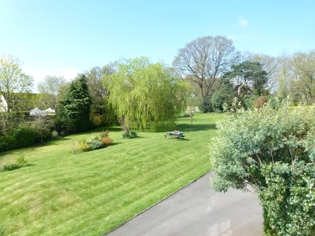 2 Bedrooms Apartment Flat for sale in Lilliput Court, Lower Parkstone BH14