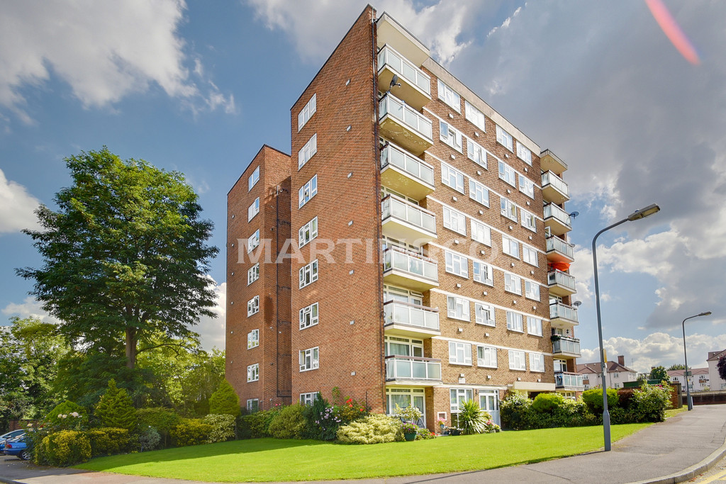 2 Bedrooms Apartment Flat for sale in Gardner Close, Wanstead E11