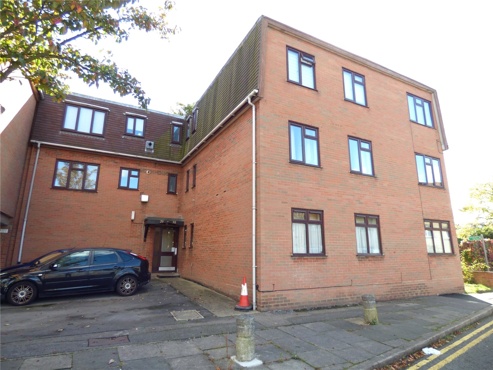 2 Bedrooms Flat for sale in Savill Court Savil Row Woodford Green IG8