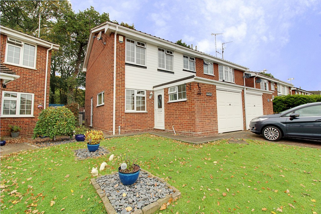 3 Bedrooms Semi Detached House for sale in Poppyfield Close, Leigh On Sea SS9