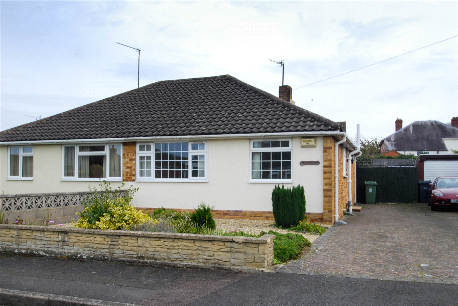 2 Bedrooms Bungalow for sale in Laynes Road Hucclecote Gloucester GL3