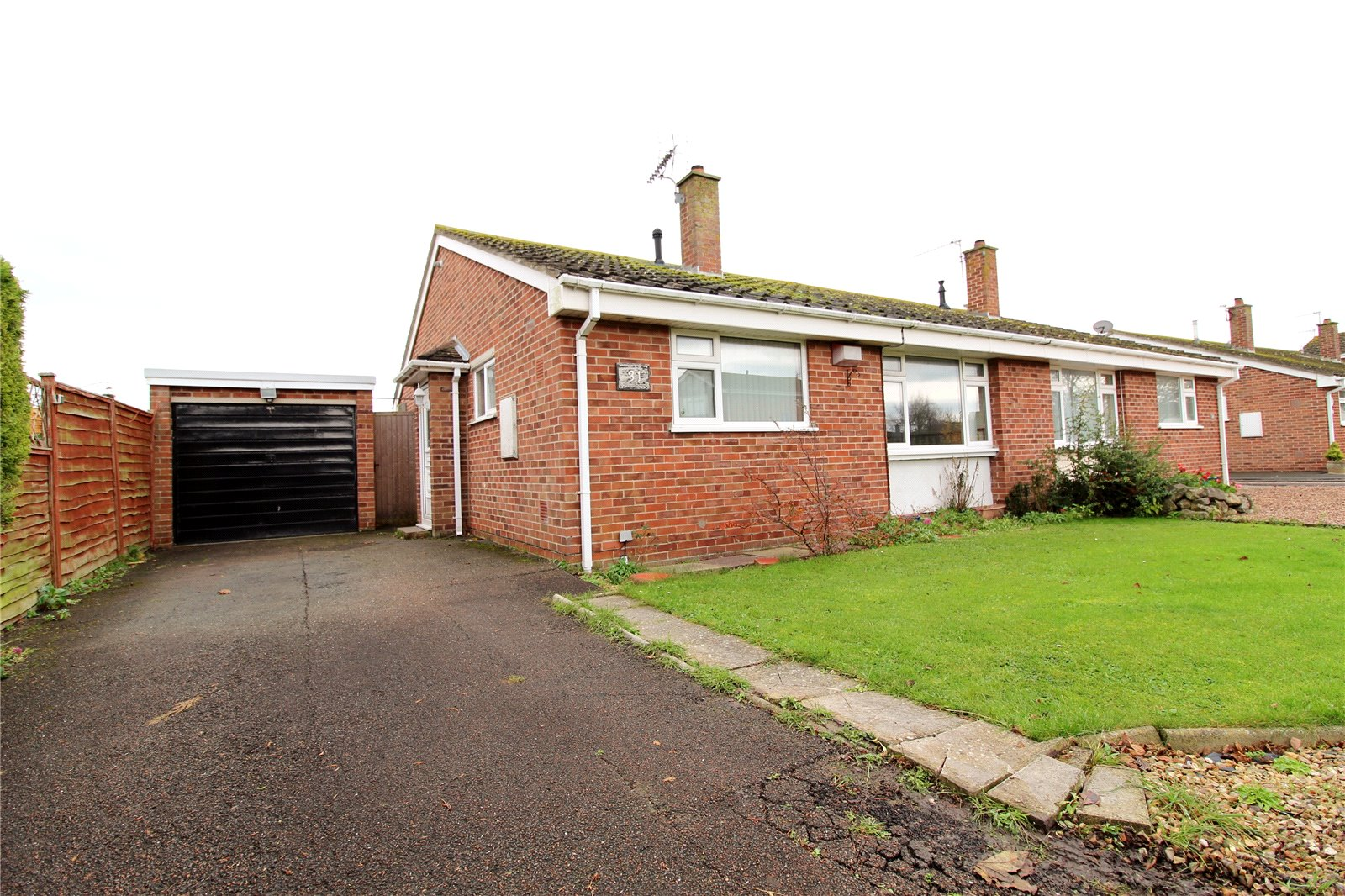 2 Bedrooms Bungalow for sale in Stoneleigh Close Burnham on Sea Somerset TA8