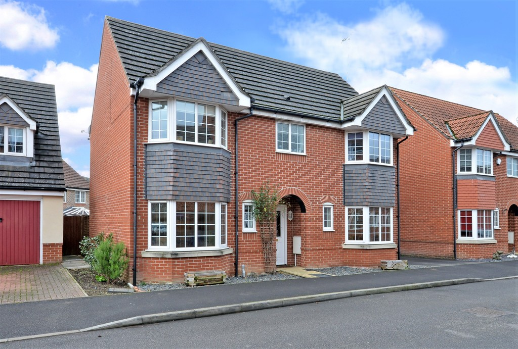 4 Bedrooms Detached House for sale in Woodland Walk, Aldershot GU12