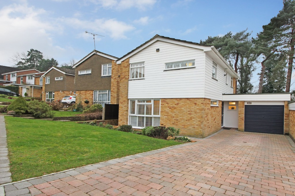 3 Bedrooms Detached House for sale in Pinehurst, Burgess Hill RH15