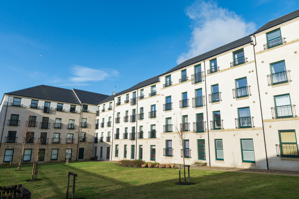 3 Bedrooms Apartment Flat for sale in Lady Campbells Court, Dunfermline KY12