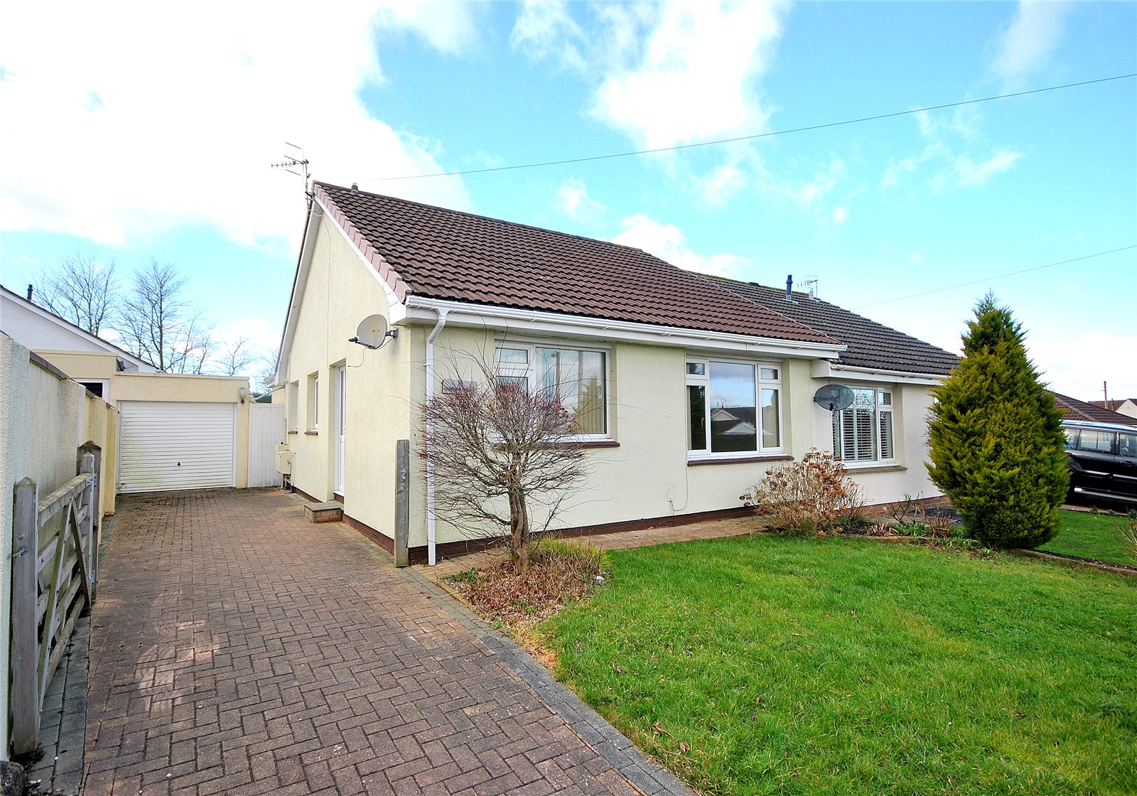 2 Bedrooms Bungalow for sale in Knightcott Gardens Banwell North Somerset BS29